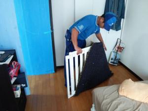 ベッドのフレームやセパレートタイプのタンス、勉強机など、一部解体した家具は、設置する部屋で梱包を解いて組み立てる